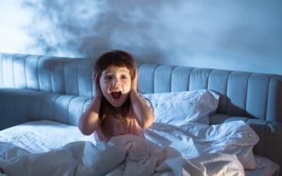 Les nuits de vos enfants sont un peu agitées ? Quels sont les causes et comment les aider ?